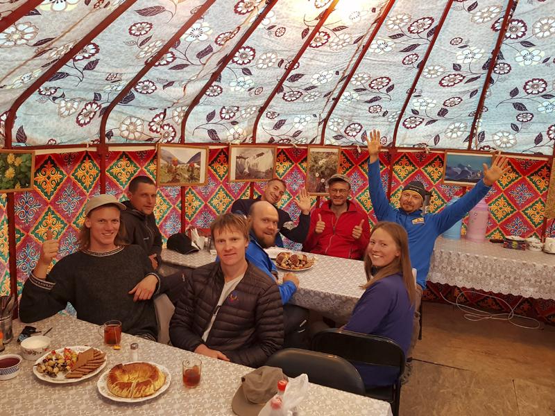 Альпинисты в базовом лагере