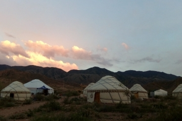 Юрты на южном берегу Иссык-Куля / Yurts on the southern shore of Issyk-Kul