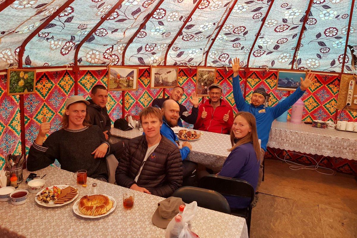 Питание в базовом лагере под пиком Ленина